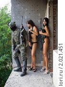 Купить «Солдат и вооруженные девушки», фото № 2021451, снято 28 июля 2009 г. (c) Сергей Сухоруков / Фотобанк Лори