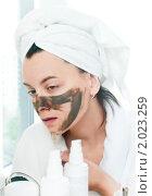 Купить «Девушка перед зеркалом наносит косметическую маску на лицо», фото № 2023259, снято 7 сентября 2010 г. (c) Никита Жигелев / Фотобанк Лори