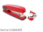 Красный степлер и антистеплер, изолированно на белом фоне. Стоковое фото, фотограф Звягинцев Сергей / Фотобанк Лори