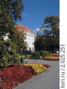 Купить «Калининград. Сквер у здания технического университета», эксклюзивное фото № 2025251, снято 2 октября 2010 г. (c) Svet / Фотобанк Лори