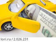 Купить «Желтая машинка с долларом», фото № 2026231, снято 5 октября 2010 г. (c) Александр Подшивалов / Фотобанк Лори