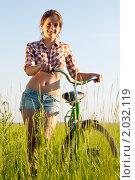 Купить «Девушка в поле с велосипедом», фото № 2032119, снято 26 июня 2010 г. (c) Яков Филимонов / Фотобанк Лори