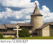 Купить «Псковский кремль, башня, крест, сооруженный в честь 1100-летия Пскова», фото № 2033827, снято 17 июля 2009 г. (c) Max SIMKIN / Фотобанк Лори