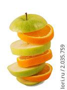 Ломтики апельсина и зеленого яблока на белом фоне. Стоковое фото, фотограф Сергей Плахотин / Фотобанк Лори