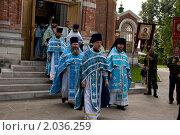 Священнослужители выходят из церкви перед крестным ходом (2010 год). Редакционное фото, фотограф Ирина Фирсова / Фотобанк Лори