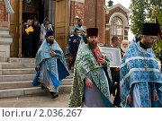 Священнослужители и прихожане выходят из церкви перед крестным ходом (2010 год). Редакционное фото, фотограф Ирина Фирсова / Фотобанк Лори