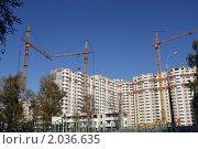 Купить «Федеральная программа доступное жильё.Строительные краны и новостройки на фоне голубого неба.», эксклюзивное фото № 2036635, снято 7 октября 2010 г. (c) Lora / Фотобанк Лори
