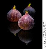 Купить «Фиолетовые плоды фиги на глянцевой поверхности», фото № 2038071, снято 4 октября 2010 г. (c) Tamara Kulikova / Фотобанк Лори