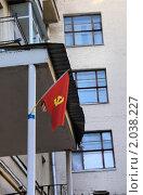 Купить «Красный флажок с серпом и молотом», фото № 2038227, снято 8 октября 2010 г. (c) Илюхина Наталья / Фотобанк Лори