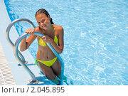 Купить «Девочка у бассейна», фото № 2045895, снято 3 сентября 2010 г. (c) Воронин Владимир Сергеевич / Фотобанк Лори