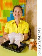 Купить «Женщина готовит курицу на кухне», фото № 2047419, снято 7 октября 2010 г. (c) Яков Филимонов / Фотобанк Лори