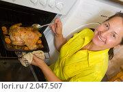 Купить «Женщина готовит курицу», фото № 2047507, снято 7 октября 2010 г. (c) Яков Филимонов / Фотобанк Лори