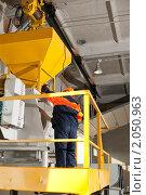 Купить «Кран-балка в цеху», фото № 2050963, снято 23 апреля 2010 г. (c) Федор Королевский / Фотобанк Лори