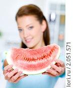 Купить «Женщина показывает красный арбуз», фото № 2051571, снято 25 августа 2010 г. (c) Валуа Виталий / Фотобанк Лори
