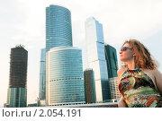 Купить «Юная красивая девушка на фоне современных построек Москва-сити», фото № 2054191, снято 17 июля 2010 г. (c) Дмитрий Яковлев / Фотобанк Лори