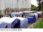 Купить «Сельскохозяйственная ярмарка выходного дня в спальном микрорайоне», эксклюзивное фото № 2054435, снято 16 октября 2010 г. (c) Анна Мартынова / Фотобанк Лори