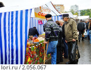Купить «Пенсионеры в очереди за продуктами на сельскохозяйственной ярмарке», эксклюзивное фото № 2056067, снято 18 августа 2019 г. (c) Анна Мартынова / Фотобанк Лори