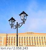 Купить «Старый фонарь на Софийской площади в Великом Новгороде», фото № 2058243, снято 10 января 2010 г. (c) Сергей Яковлев / Фотобанк Лори