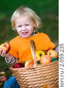 Купить «Девочка с корзиной яблок», фото № 2059235, снято 21 сентября 2010 г. (c) Юлия Шилова / Фотобанк Лори