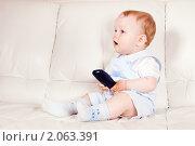 Купить «Удивленный малыш с пультом телевизора», фото № 2063391, снято 22 мая 2010 г. (c) Игорь Соколов / Фотобанк Лори