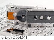 Купить «Флешка и аудиокассеты на раскрытом музыкальном учебнике», фото № 2064611, снято 19 октября 2010 г. (c) Владимир Белобаба / Фотобанк Лори