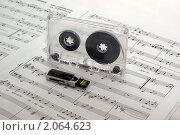 Купить «Флешка и аудиокассета на раскрытом музыкальном учебнике», фото № 2064623, снято 19 октября 2010 г. (c) Владимир Белобаба / Фотобанк Лори