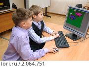 Купить «Ребята рисуют на компьютере», эксклюзивное фото № 2064751, снято 21 сентября 2010 г. (c) Вячеслав Палес / Фотобанк Лори