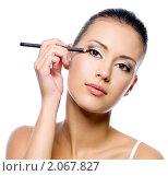Купить «Девушка подводит глаза карандашом», фото № 2067827, снято 18 сентября 2010 г. (c) Валуа Виталий / Фотобанк Лори
