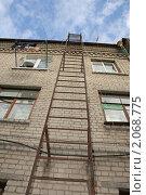 Пожарная лестница на стене дома. Стоковое фото, фотограф Сергей Любимов / Фотобанк Лори