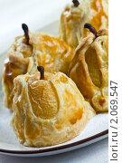 Купить «Сладкие груши в слоеном тесте (вертикальный кадр)», эксклюзивное фото № 2069547, снято 5 октября 2010 г. (c) Лидия Рыженко / Фотобанк Лори