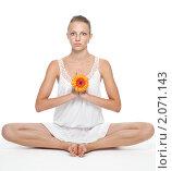 Купить «Женщина в позе лотоса с цветком», фото № 2071143, снято 14 августа 2010 г. (c) Сергей Новиков / Фотобанк Лори