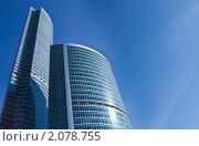 Высокие офисные здания в ясный день на фоне голубого неба. Стоковое фото, фотограф Роман Кокорев / Фотобанк Лори