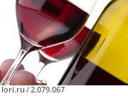 Купить «Два бокала с красным вином на белом фоне», фото № 2079067, снято 9 ноября 2009 г. (c) Антон Балаж / Фотобанк Лори