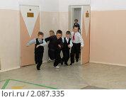 Купить «Дети выбегают из класса на перемену», фото № 2087335, снято 17 сентября 2010 г. (c) Вячеслав Палес / Фотобанк Лори