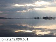 Отражение солнечных лучей в воде. Стоковое фото, фотограф Елена Патрикеева / Фотобанк Лори