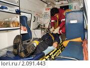 """Купить «Пациент, подключенный к аппарату искусственной вентиляции легких в машине """"скорой помощи""""», эксклюзивное фото № 2091443, снято 28 октября 2010 г. (c) Анна Мартынова / Фотобанк Лори"""