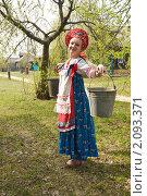Девушка в национальном сарафане с коромыслом идет за водой. Стоковое фото, фотограф Светлана Кузнецова / Фотобанк Лори