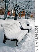 Купить «Две скамейки на зимней улице. Вечер.», фото № 2095351, снято 10 января 2010 г. (c) Светлана Кудрина / Фотобанк Лори