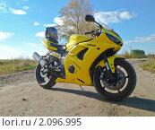Купить «Мотоцикл Yamaha на сельской дороге», эксклюзивное фото № 2096995, снято 3 октября 2010 г. (c) Алёшина Оксана / Фотобанк Лори