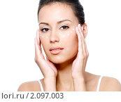 Купить «Девушка наносит крем на лицо», фото № 2097003, снято 29 мая 2010 г. (c) Валуа Виталий / Фотобанк Лори