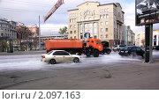 Мытье улиц с шампунем. Москва, Большая Якиманка (2010 год). Редакционное фото, фотограф Илюхина Наталья / Фотобанк Лори