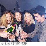 Купить «Компания молодых людей с шампанским», фото № 2101439, снято 2 октября 2010 г. (c) Gennadiy Poznyakov / Фотобанк Лори