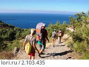 Крым. Туристы на горной тропе (2010 год). Стоковое фото, фотограф Елена Ильина / Фотобанк Лори