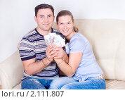 Купить «Молодые супруги с деньгами в руках», фото № 2111807, снято 5 ноября 2010 г. (c) Типляшина Евгения / Фотобанк Лори