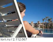 Купить «Девушка отдыхает возле бассейна», фото № 2112067, снято 27 декабря 2009 г. (c) Яков Филимонов / Фотобанк Лори