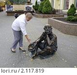 Купить «Бронзовая скульптура Нищий с кепкой.Челябинск», фото № 2117819, снято 24 сентября 2010 г. (c) Галина Хорошман / Фотобанк Лори