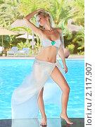Купить «Девушка у бассейна», фото № 2117907, снято 24 августа 2010 г. (c) Ольга Хорошунова / Фотобанк Лори