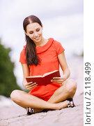 Купить «Молодая девушка читает книгу сидя в позе йога на мостовой», фото № 2118499, снято 24 августа 2010 г. (c) BestPhotoStudio / Фотобанк Лори