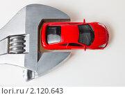 Игрушечная машина зажата в разводном ключе. Стоковое фото, фотограф Роман Кокорев / Фотобанк Лори
