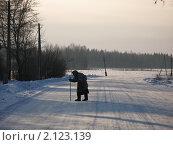 Купить «Бабушка переходит дорогу», фото № 2123139, снято 5 января 2008 г. (c) Артём Дудкин / Фотобанк Лори